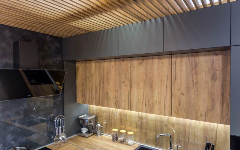 кухня-серая-с-деревом-4